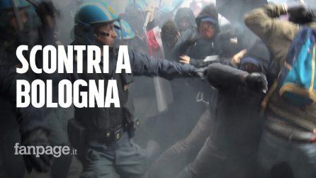 Scontri a Bologna, le immagini delle violente cariche della polizia