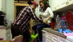 La bimba sorprende mamma e papà in cucina: la scena è tenerissima