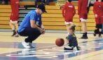 Prende il pallone da basket e sorprende tutti: a soli 4 anni la bambina lascia tutti senza parole