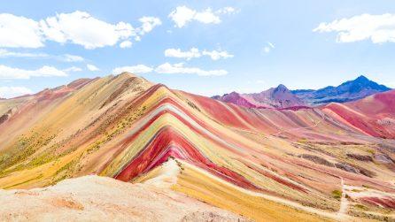 """Vinicunca, la """"montagna arcobaleno"""" tra le Ande del Perù: una meraviglia della natura da preservare"""