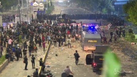 Indonesia, violenti scontri dopo le elezioni: 6 morti e 200 feriti