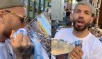 Aguero e Otamendi festeggiano e bevono dalla coppa dopo la vittoria della Premier