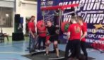 Solleva 250 kg durante la gara ma non regge il peso: il tragico incidente