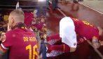 De Rossi saluta la Curva Sud: si commuove, poi si inginocchia e bacia il suolo