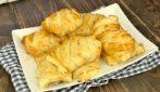Fagottini di pasta sfoglia e salsiccia, una ricetta facile e versatile perfetta per l'antipasto!