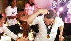 Higuain si scatena con la birra, David Luiz lo incita: pazza festa Chelsea