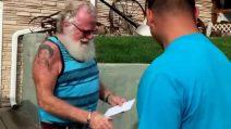 Consegnano una lettera a quest'uomo: lui la legge e dopo scoppia in lacrime