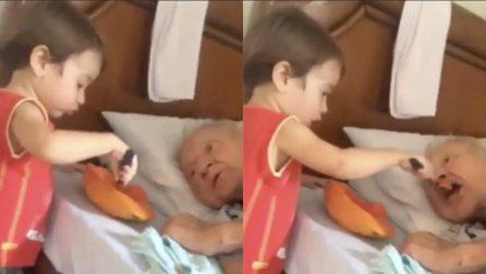 cb5b8d8fe4 Il nonno anziano è a letto, il piccolo nipote si prende cura di lui: un  amore grande