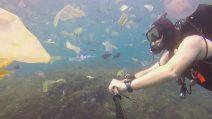 """Indonesia, il video shock del sub che nuota in un mare di plastica: """"Stiamo uccidendo il pianeta"""""""