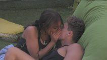 GF 16, Francesca De André e Gennaro Lillio non si nascondono più: il bacio alla luce del sole