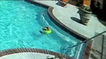 Bambina di 3 anni si tuffa ma rischia di annegare: sua sorella di 10 anni la soccorre