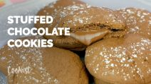 Hazelnut cream stuffed chocolate cookies: thick and chewy, rich of chocolate!