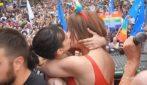 Pride a Roma, Asia Argento e Vladimir Luxuria si baciano appassionatamente sul palco