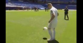 La presentazione di Jovic al Bernabeu: ecco cosa fa quando arriva il pallone