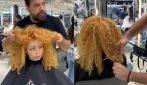 Capelli ricci e gonfi: il suo parrucchiere la trasforma completamente