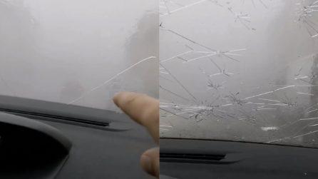 I chicchi di ghiaccio distruggono il vetro dell'auto: la grandinata è spaventosa