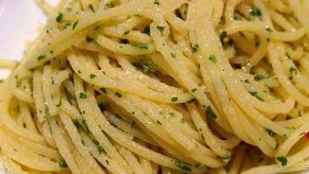 Spaghetti alla carrettiera: the famous italian dish with oil, parsley and garlic!