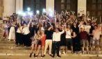 'Notte prima degli esami', gli studenti di Bari si danno appuntamento e cantano insieme abbracciati