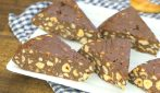 Torta di biscotti secchi senza cottura: pronta con soli 4 ingredienti in 10 minuti!