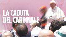 La caduta del cardinale Sepe durante la visita con Papa Francesco a Napoli