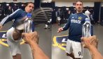 Ibra può tutto: lo svedese svita il tappo di una bottiglia con un calcio