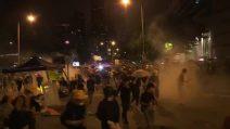Hong Kong, la polizia carica i manifestanti con gas lacrimogeni