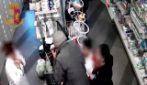 Milano, arrestato rapinatore gentleman: 10 colpi messi a segno a viso scoperto e con mano in tasca