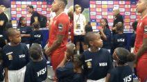 Il calciatore che prende in giro il bambino prima della partita