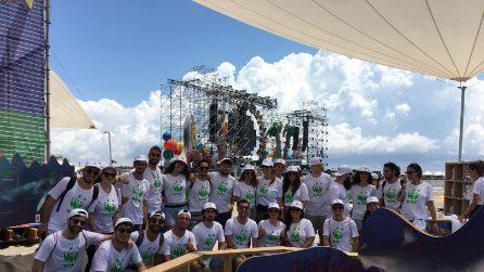 Jovanotti parla ai fan dell'importanza di curare l'ambiente durante il Jova Beach Party