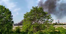 Milano, incendio in un capannone allo Scalo Farini: alta colonna di fumo nero
