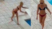 Turista perde completamente la testa e scaraventa tutto in piscina