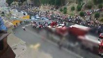 Roma, minaccia di buttarsi dal Colosseo: la protesta dell'uomo dall'Anfiteatro Flavio