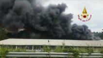 Incendio Eur Magliana: nube nera su Roma, bruciano 4 capannoni