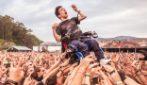 Ragazzo in sedia a rotelle sollevato dalla folla al concerto: la forza di un gesto di umanità