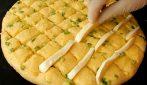 Taglia l'impasto a quadri e inserisce la mozzarella: prepara qualcosa di delizioso