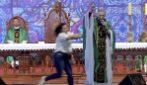 """""""Le donne grasse non vanno in Paradiso"""": la ragazza spinge il prete e lo fa cadere durante la messa"""