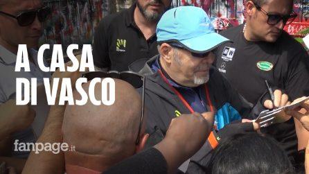 Zocca invasa dai fan di Vasco: in pellegrinaggio sotto casa, tra selfie e autografi da tatuare