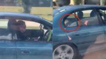 Guida con entrambe le mani sul cellulare: a bordo anche i suoi figli