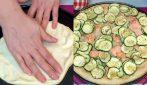 Pizza con zucchine e salmone: il piatto rustico che piacerà a tutti