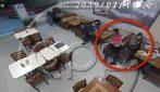 Entrano dei malviventi nel locale: un uomo scappa e lascia da sola la sua compagna