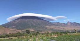 """Un """"cappello"""" gigante in cima al vulcano: le immagini che stupiscono"""