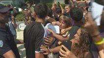 """Dybala assediato da tifosi e cronisti, una telecamera lo colpisce alla testa: """"Vaffa..."""""""