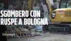 Bologna, sgombero del centro sociale Xm24 con ruspe e manifestanti sul tetto