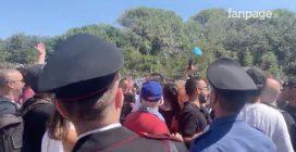 Castel Volturno, i manifestanti lanciano palloncini pieni d'acqua contro i fan di Salvini