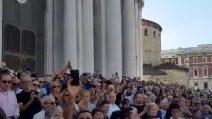 """""""Ciao Nadia"""", l'applauso della folla ai funerali della Toffa a Brescia"""