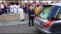Funerali Nadia Toffa, l'arrivo del feretro tra gli applausi