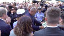 Il saluto de Le Iene sul feretro di Nadia Toffa, lacrime e applausi per la sua famiglia televisiva