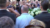"""Funerali Nadia Toffa, la disperazione di una donna di Taranto sul feretro: """"Mi hai voluto bene"""""""
