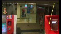 Milano, presi i clonatori di carte di credito: così rubavano in stazione dati e pin ai viaggiatori