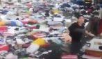 Un fiume di plastica e rifiuti: come si trasforma la strada dopo l'alluvione
